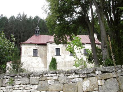 janovicky kostel pres zed