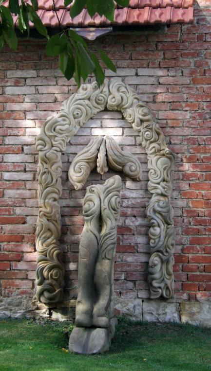 Vysoka ozdoba na zdi snad zenske torzo