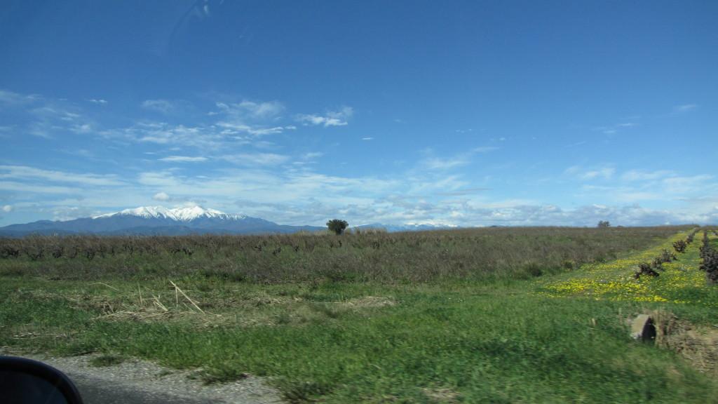 Jedeme dál krajinou plnou zeleně do Figueres